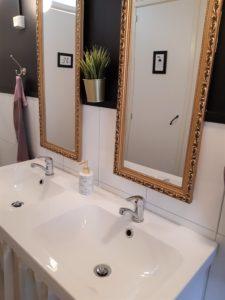 Alakerran jaettu kylpyhuone